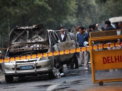 Bei einem Bombenanschlag in Neu Delhi ging ein Diplomatenfahrzeug nach der Explosion in Flammen auf. Israelische Vertretungen weltweit wurden aus Furcht vor weiteren Anschlägen in erhöhte Alarmbereitschaft versetzt. Foto: Harish Tyagi