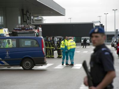 Bombenalarm am Amsterdamer Flughafen: Die Polizei räumt die internationalen Terminals 1 und 2. Ein Verdächtiger wurde festgenommen. Foto: Marcel Antonisse