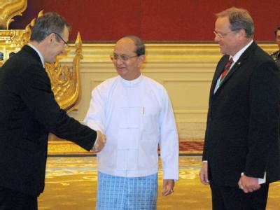 EU-Entwicklungskommissar Andris Piebalgs (l) und der deutsche Entwicklungsminister Dirk Niebel (FDP) zu Gast bei Birmas Präsident Thein Sein. Foto: Ruppert Mayr