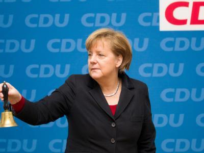 Bundeskanzlerin Angela Merkel läutet  vor Beginn einer Sitzung des CDU Bundesvorstands mit der Glocke. Foto: Michael Kappeler/Archiv