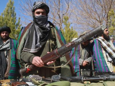 Taliban-Kämpfer geben ihre Waffen ab