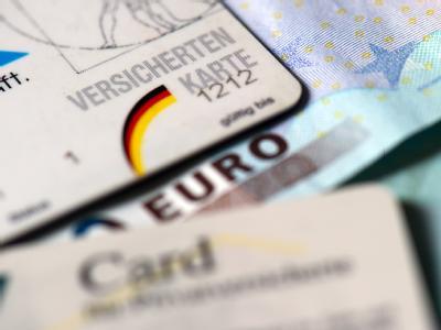 Krankenkassen-Karten für Pflicht- und Privatversicherte. Foto: Arno Burgi