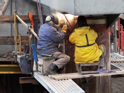 Arbeiter auf einer Baustelle in der Hafencity in Hamburg: Ein Minus in Europa hatte es zuletzt im zweiten Quartal 2009 gegeben. Foto: Bodo Marks