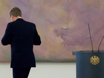 Bundespräsident Christian Wulff verlässt eine Pressekonferenz im Schloss Bellevue in Berlin. Foto: Michael Kappeler/Archiv