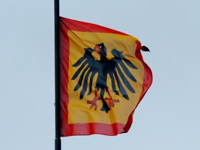 Die Flagge des Bundespräsidenten über dem Schloss Bellevue in Berlin. Foto: Maurizio Gambarini