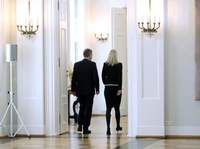 Bundespräsident Christian Wulff und Ehefrau Bettina verlassen nach der Presseerklärung den Saal im Schloss Bellevue. Foto: Michael Kappeler