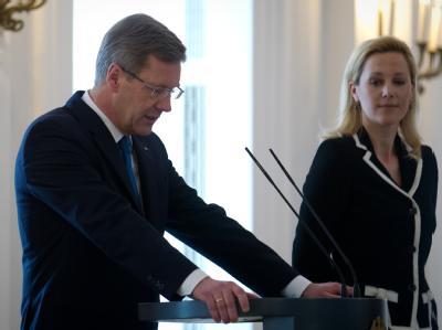 Bundespräsident Christian Wulff gibt im Beisein seiner Ehefrau Bettina seinen Rücktritt bekannt. Foto: Michael Kappeler