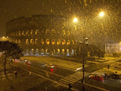Eis und Schnee bewirkten, dass sich kleinere Mauerteile vom oberen Rand des Kolosseums lösen. Foto: Massimo Percossi