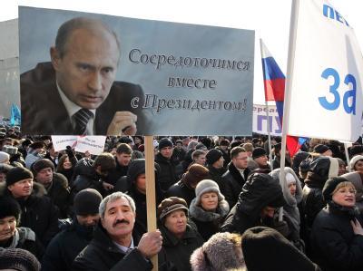 Anhänger von Regierungschef Putin bei einer Demonstration in St. Petersburg. Foto: Anatoly Maltsev
