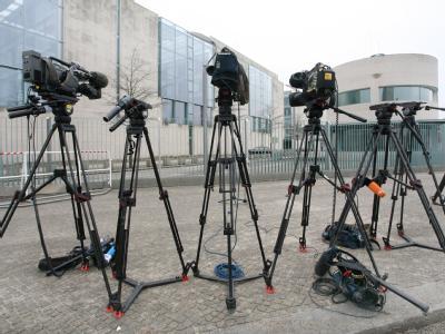 In der Hoffung auf ein Statement der Koalitionsspitzen wurden vor dem Bundeskanzleramt in Berlin Stative der Fernsehsender aufgestellt. Foto: Stephanie Pilick
