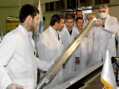 Irans Präsident Mahmud Ahmadinedschad (2.v.l.) besucht ein Projekt zur Nuklearforschung in Teheran.  Foto: Presidential Official Website