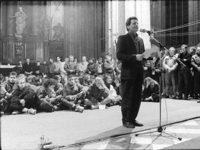 Joachim Gauck spricht im Herbst 1989 während einer Fürbittandacht in der Marienkirche in Rostock.  Foto:Siegfried Wittenburg / Archiv