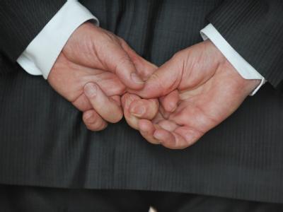 Joachim Gauck hält seine Hände während eines Interview hinter dem Rücken zusammen. Foto: Rainer Jensen/Archiv