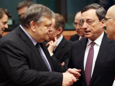 Griechenlands Finanzminister Venizelos unterhält sich mit EZB-Chef Mario Draghi beim entscheidenden Euro-Finanzminister-Treffen. Foto: Oliver Hoslet