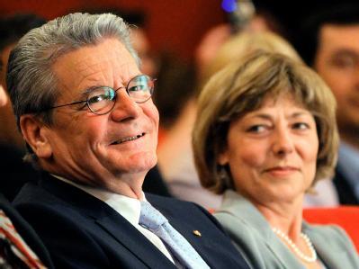 Gauck mit seiner Lebensgef�hrtin
