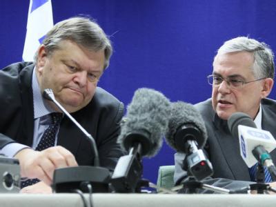 Staatsbankrott vorerst abgewendet: Griechenlands Finanzminister Venizelos und Ministerpräsident Papademos beim Euro-Finanzminister-Treffen. Foto: Oliver Hoslet