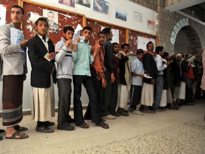 Jemeniten stehen in einer Warteschlange vor einem Wahllokal in der Hauptstadt Sanaa. Foto: Yahya Arhab