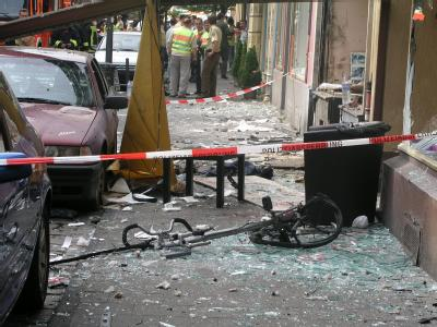 Glasscherben liegen am 09.06.2004 vor einem durch eine Explosion zerstörten Haus in Köln. Auch dieser Anschlag, bei dem vor sieben Jahren eine Nagelbombe explodierte, wird der Zwickauer Neonazi-Zelle zugerechnet. Foto: Türkiye