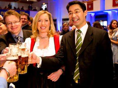 Wirtschaftsminister Philipp Rösler prostet der Generalsekretärin der FDP Bayern, Miriam Gruß zu. Foto: Sven Hoppe