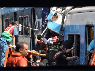 Chaos in einem Bahnhof in Buenos Aires. Ein Regionalzug fuhr offenbar mit defekten Bremsen aufs Gleis ein. Erst ein Prellbock brachte ihn zum Stehen. Hunderte Passagiere wurden verletzt. Foto: Martin Quintana