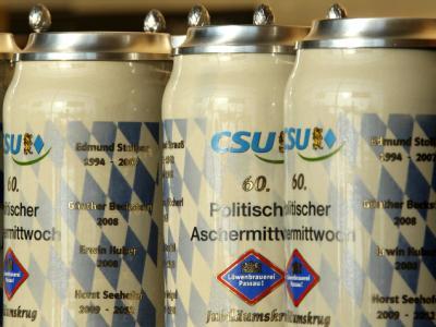 Bierkrüge mit dem CSU-Logo bei der Veranstaltung der CSU in Passau. Foto: Stephan Jansen