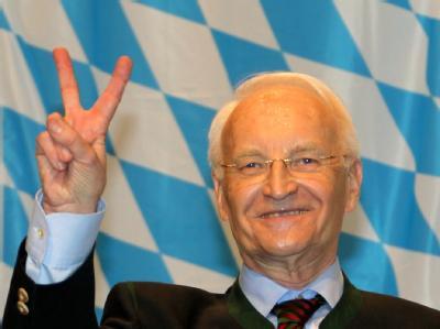 Für das Publikum in der Passauer Dreiländerhalle ist Edmund Stoiber nach wie vor der unerreichte Aschermittwochs-Held. Foto: Stephan Jansen