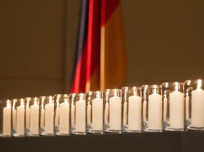 Zehn Kerzen für die Toten der Neonazi-Mordserie, eine für weitere, ungezählte und vielleicht unbekannte Opfer rechter Gewalt. Foto: Michael Kappeler