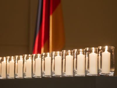 Kerzen bei der Gedenkveranstaltung für die Opfer rechtsextremistischer Gewalt im Konzerthaus am Gendarmenmarkt: Mit einer Schweigeminute ist in der Hauptstadt und zahlreichen anderen deutschen Städten der Opfer NSU-Mordserie gedacht worden. Foto: Michael