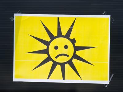 Während einer Protestaktion von Beschäftigten des Solarmodulherstellers First Solar in Frankfurt (Oder) klebt ein Zettel mit einem Sonnensymbol auf einem Photovoltaikmodul. Foto: Patrick Pleul