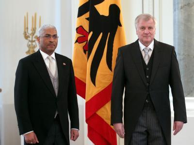 Bundesratspräsident Horst Seehofer (CSU) empfängt im Schloss Bellevue in Berlin den Botschafter der Republik Trinidad und Tobago, Garvin Edward Timothy Nicholas. Foto: Wolfgang Kumm
