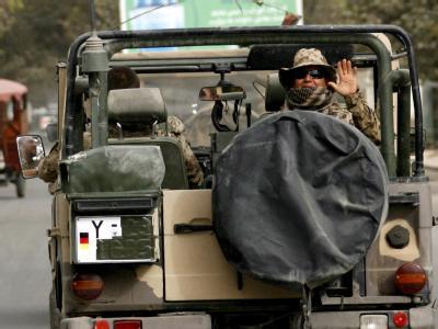 Soldaten des deutschen ISAF-Kontingents bei einer Streifenfahrt in Talokan. Foto: Maurizio Gambarini/Archiv