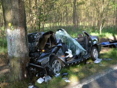 Einvöllig zerstörtes Fahrzeug im Mai 2011 nach einem Unfall im Oder-Spree-Kreis. Foto: Polizei/Archiv