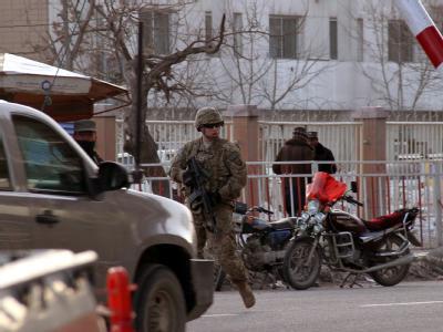 Ein US-Soldat vor dem Eingang zum afghanischen Innenministerium in Kabul: In diesem Gebäude wurden zwei westliche Militärberater tot aufgefunden. Foto: S. Sabawoon