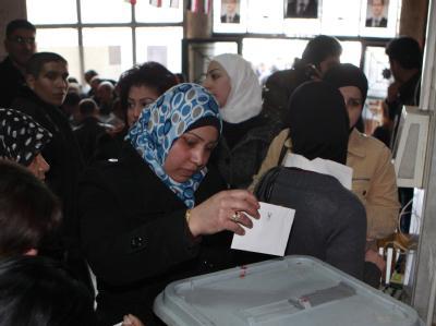 Eine Syrerin gibt ihr Votum ab. Mehr als 15 Millionen Syrer sind zur Abstimmung über eine neue Verfassung aufgerufen. Foto: Youssef Badawi