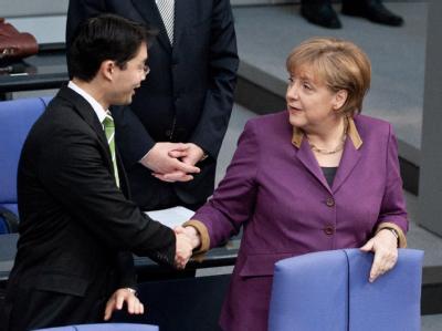 FDP-Chef Philipp Rösler und Bundeskanzlerin Angela Merkel vor der Abstimmung über das Hilfspaket. Foto: Robert Schlesinger