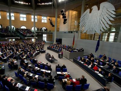 Bundeskanzlerin Angela Merkel spricht im Plenum des Bundestages in Berlin. Foto: Tim Brakemeier