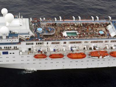 Die Reederei beruhigt: Nach dem Feuer auf dem Kreuzfahrtschiff «Costa Allegra» laufe dort alles nach Plan. Die Ankunft des Havaristen auf den Seychellen verzögert sich aber leicht. Foto: Indian Navy via Seychelles