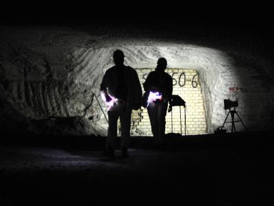 Besucher besichtigen das marode Atommülllager Asse bei Remlingen. Foto: Julian Stratenschulte