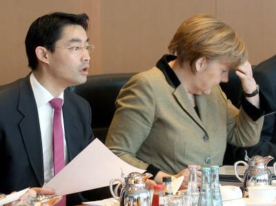 Bundeskanzlerin Angela Merkel (CDU) und Bundeswirtschaftsminister Philipp Rösler (FDP) zu Beginn der Kabinettssitzung im Bundeskanzleramt in Berlin. Foto: Wolfgang Kumm