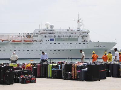 Ende einer Kreuzfahrt: Die Koffer der von Bord gegangenen Passagiere am Hafenkai. Foto: Laurent Levy