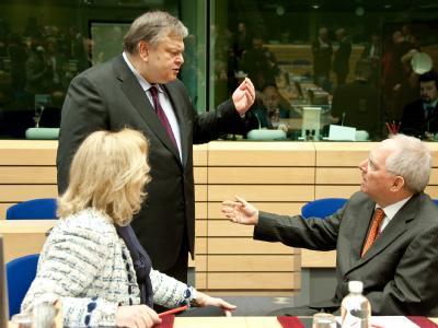 Der griechische Finanzminister Evangelos Venizelos  und Bundesfinanzminiser  Schäuble im Gespräch während des Treffens der Europäischen Finanzminister im Rahmen des EU-Gipfels in Brüssel. Foto: Felix Kindermann