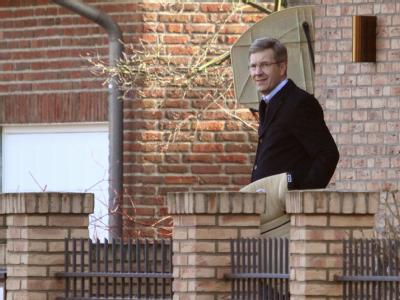 Der ehemalige Bundespräsident Christian Wulff bei seinem Haus in Großburgwedel. Foto: Daniel Reinhardt