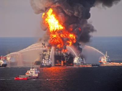 Löscharbeiten nach dem Brand auf derÖlbohrplattform Deepwater Horizon imGolf vonMexiko. Foto: US Coast Guard/ Archiv