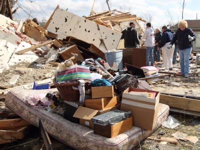 Bewohner von Henryville in Indiana sammeln ihr Hab und Gut aus den Trümmern, die ein Tornado hinterlassen hat, zusammen. Foto: Steve C. Mitchell