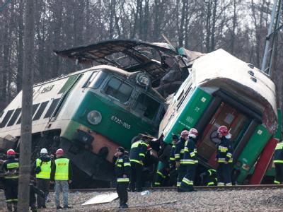 Zwei Züge sind frontal zusammengestoßen. Es ist das schlimmste Eisenbahnunglück in Polen seit zwanzig Jahren. Foto: Grzegorz Michalowski