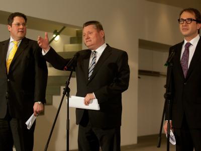 Berichten über die Ergebnisse: FDP-Generalsekretär Patrick Döring (l-r), CDU-Generalsekretär Hermann Gröhe und CSU-Generalsekretär Alexander Dobrindt. Foto: Jörg Carstensen