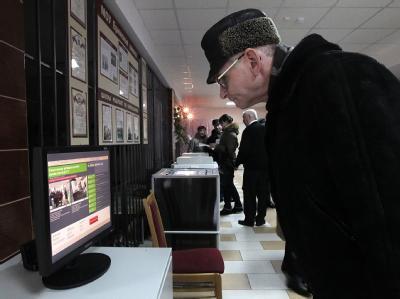 Landesweit wurden Webcams vor Wahlurnen und Wahlkabinen montieren. Foto: Maxim Shipenkov