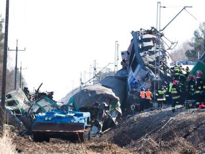 Noch ist völlig unklar, wie es zu dem Frontalzusammenstoß der beiden Züge kommen konnte. Foto: Grzegorz Michalowski