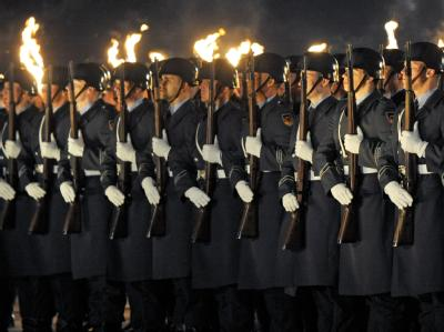 Soldaten des Wachbataillons sind auf dem Gelände des Verteidigungsministeriums in Berlin für einen Großen Zapfenstreich aufmarschiert. Foto: Maurizio Gambarini/Archiv