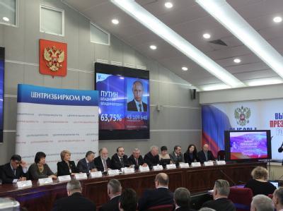 Die russische Wahlkommission erklärt Regierungschef Wladimir Putin zum Sieger der Präsidentenwahl. Foto: Sergei Ilnitski
